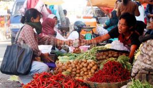 membeli barang di pasar tradisional